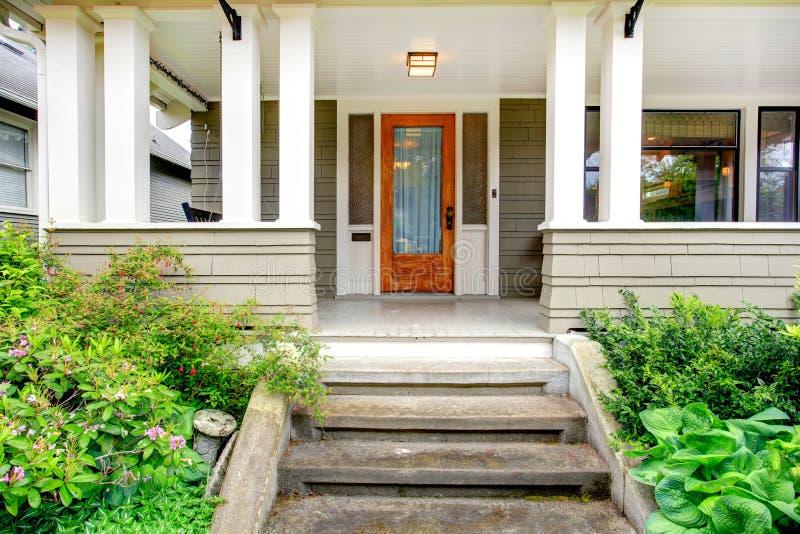Exterior da casa. Patamar da coluna da entrada fotografia de stock royalty free