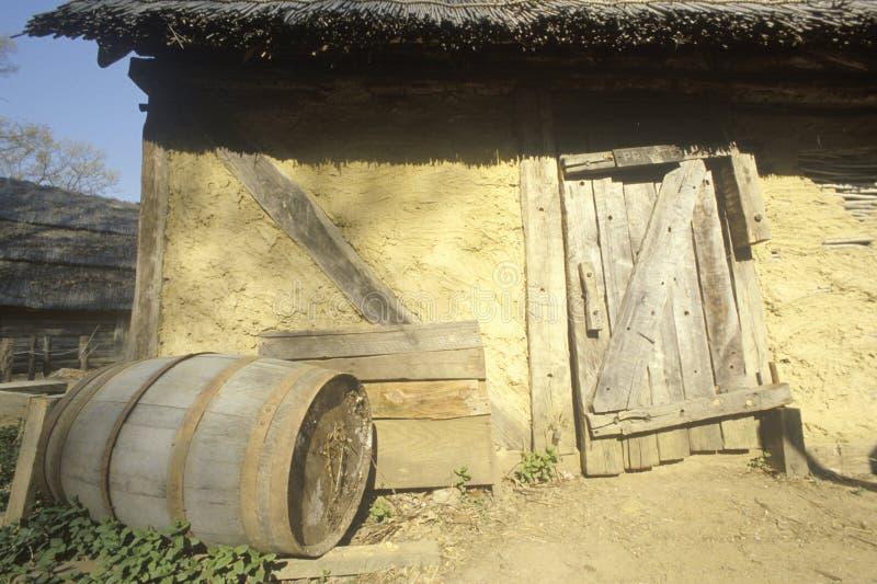 Exterior da construção em Jamestown histórico, Virgínia, local da primeira colônia inglesa imagem de stock