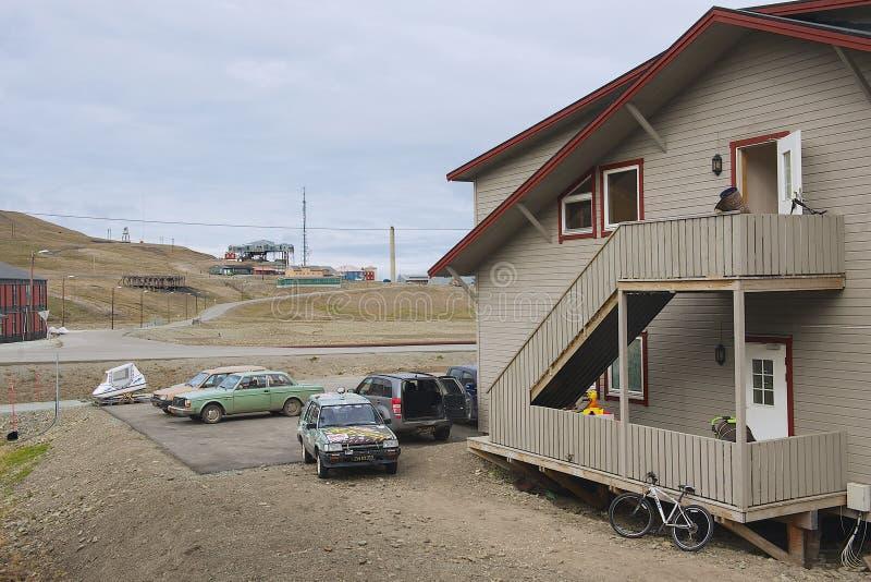 Exterior da construção residencial típica em Longyearbyen, Noruega foto de stock royalty free