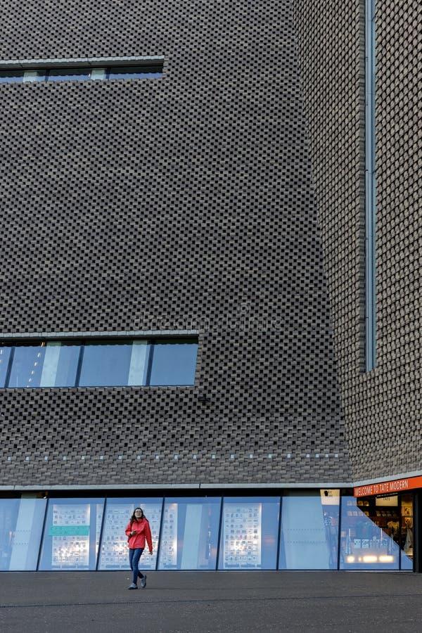Exterior da galeria de arte de Tate Modern em Londres o 11 de março de 2019 Uma mulher não identificada foto de stock royalty free