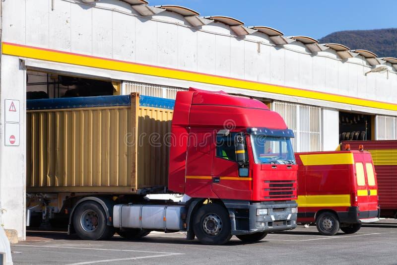 Exterior da garagem do serviço do caminhão fotos de stock