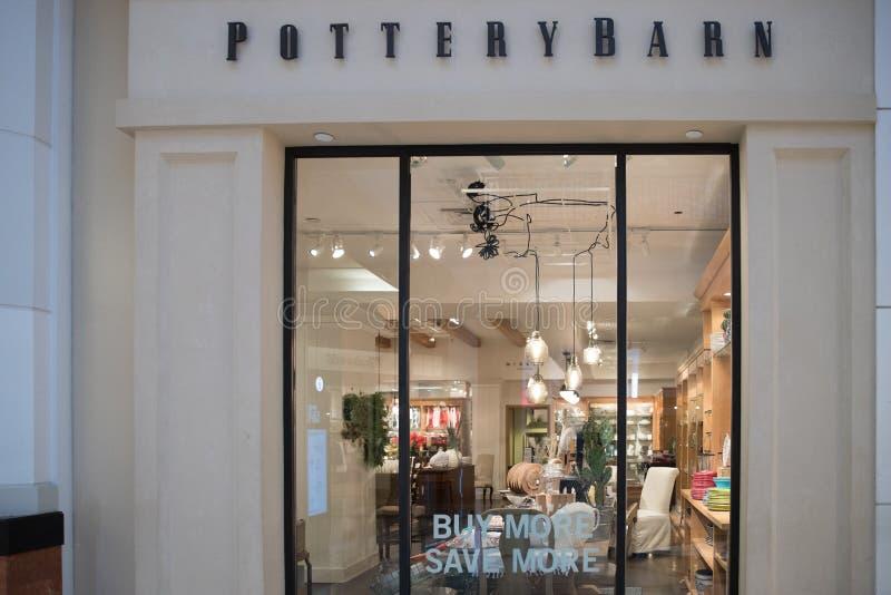 Exterior da loja de Pottery Barn fotografia de stock