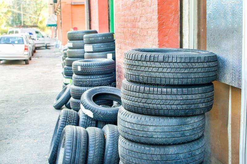 Exterior da loja do reparador do pneu foto de stock