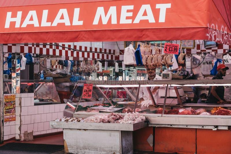 Exterior da loja Halal da carne em Brixton Market, Londres, Reino Unido foto de stock