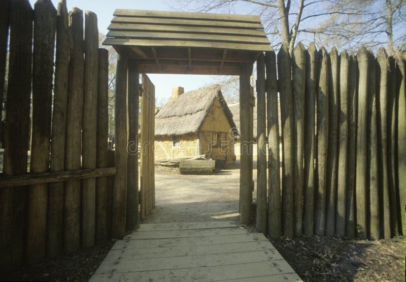 Exterior das construções em Jamestown histórico, Virgínia, local da primeira colônia inglesa imagens de stock
