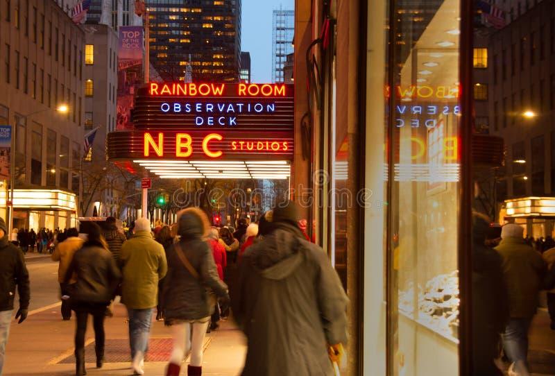Exterior de estúdios do NBC da SALA do ARCO-ÍRIS em New York City na noite com sinal iluminado fotos de stock