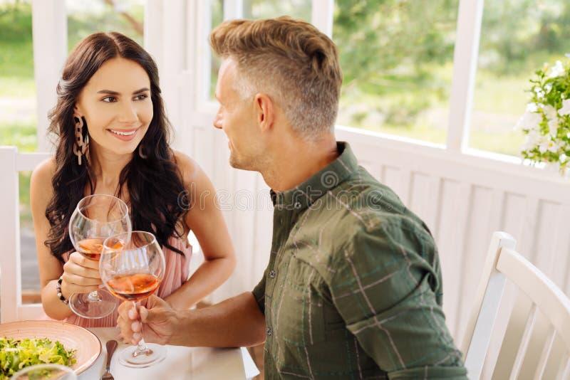 Exterior de goce feliz del almuerzo de la sensación hermosa de la esposa con el marido foto de archivo libre de regalías