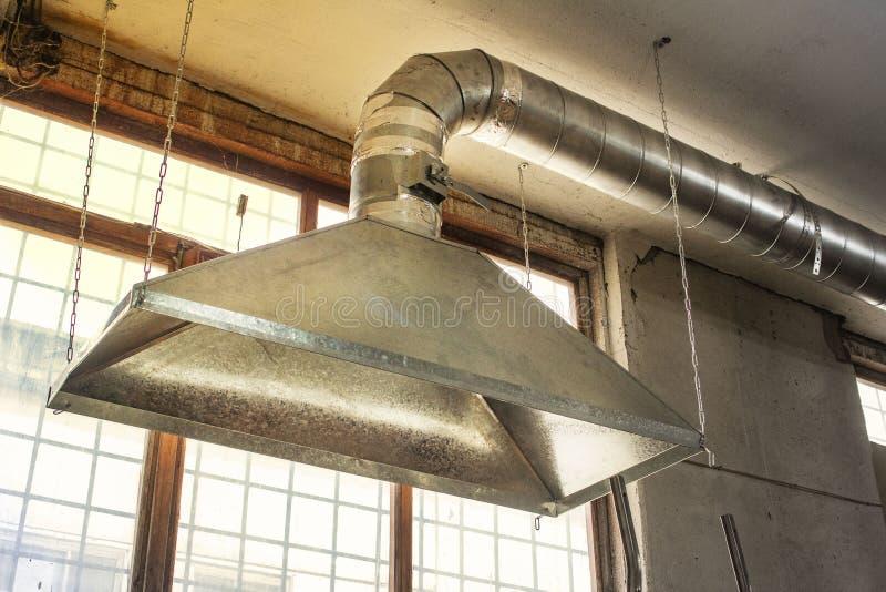 Exterior de la circulación de aire industrial en fábrica, tubo de aire, peligro y la causa de la pulmonía del trabajador fotografía de archivo