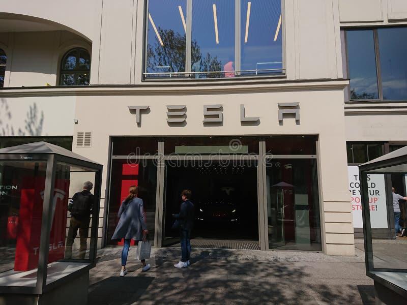 Exterior de la concesión de coche de Tesla Motors imagen de archivo