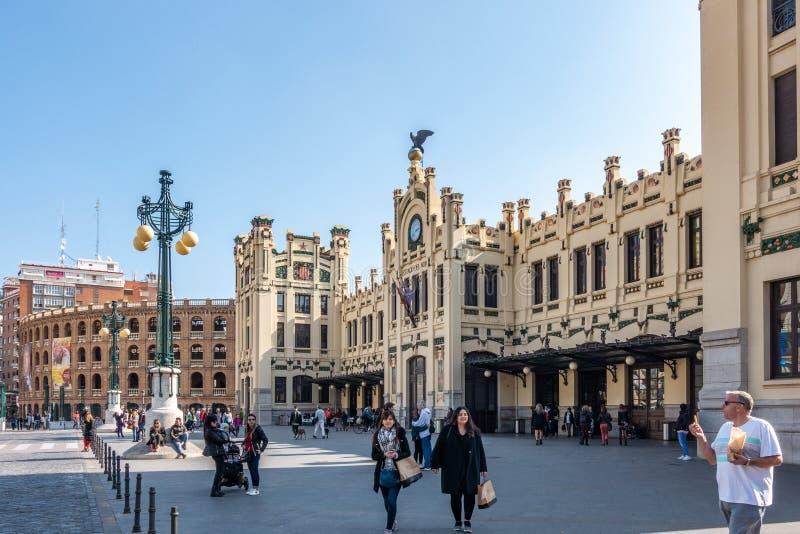 Exterior de la estación del norte en Valencia Spain el 24 de febrero de 2019 Gente no identificada imagenes de archivo