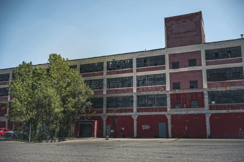 Exterior de la fábrica abandonada en Detroit, Michigan Edificio abandonado grande imagen de archivo