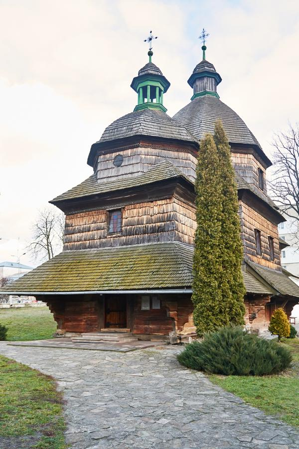Exterior de la iglesia de la trinidad santa de la iglesia de madera de la natividad de Madonna imágenes de archivo libres de regalías