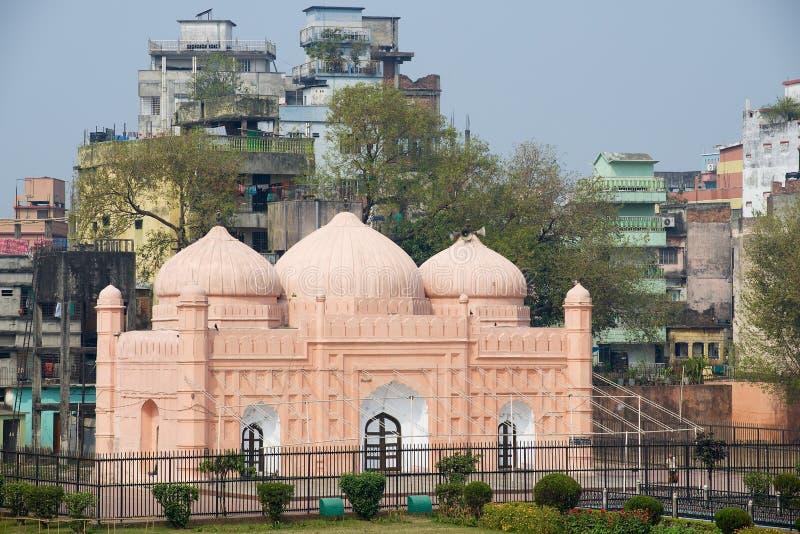 Exterior de la Mezquita del Fuerte de Lalbagh con edificios residenciales al fondo en Dhaka, Bangladesh imagen de archivo
