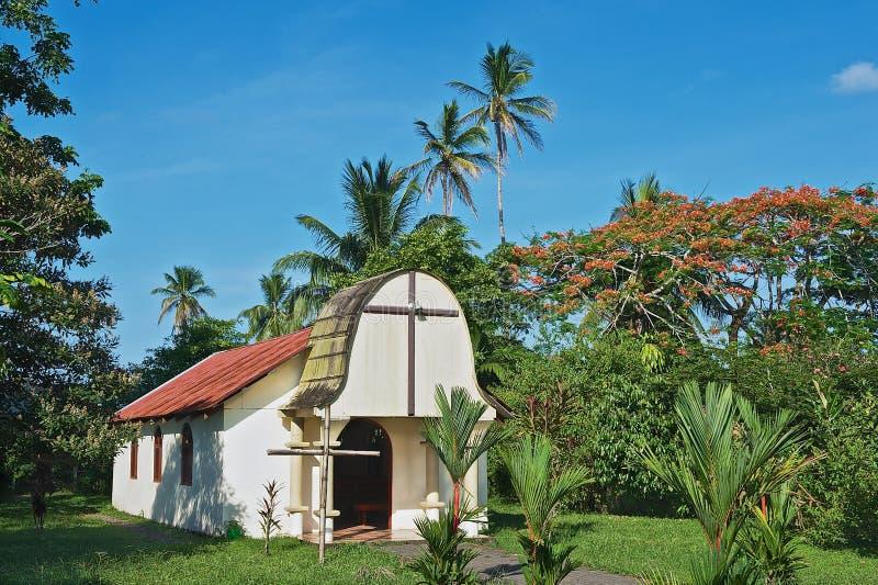 Exterior de la pequeña iglesia católica en la ciudad de Tortuguero, Costa Rica imagenes de archivo