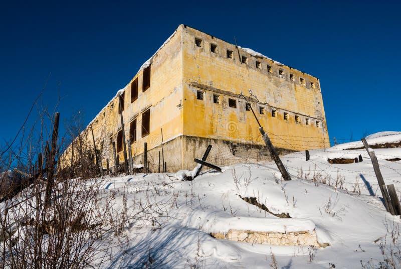 Exterior de la prisión abandonada decaída vieja fotografía de archivo libre de regalías