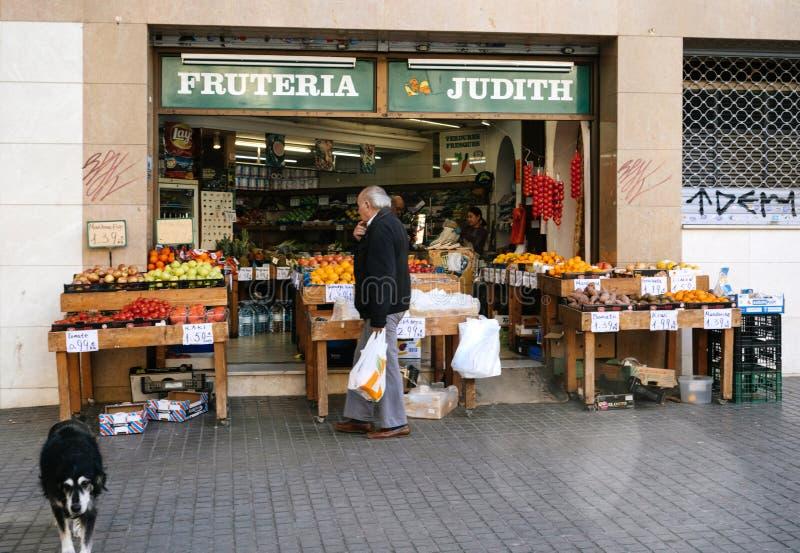Exterior de la tienda de la fruta en la calle fotos de archivo