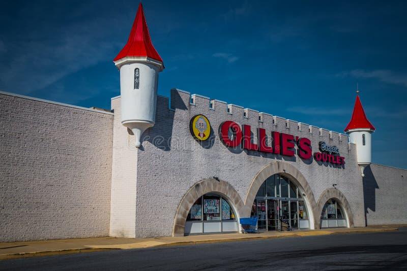 Exterior de la ubicación de la venta al por menor del mercado del negocio de Ollies imagen de archivo libre de regalías