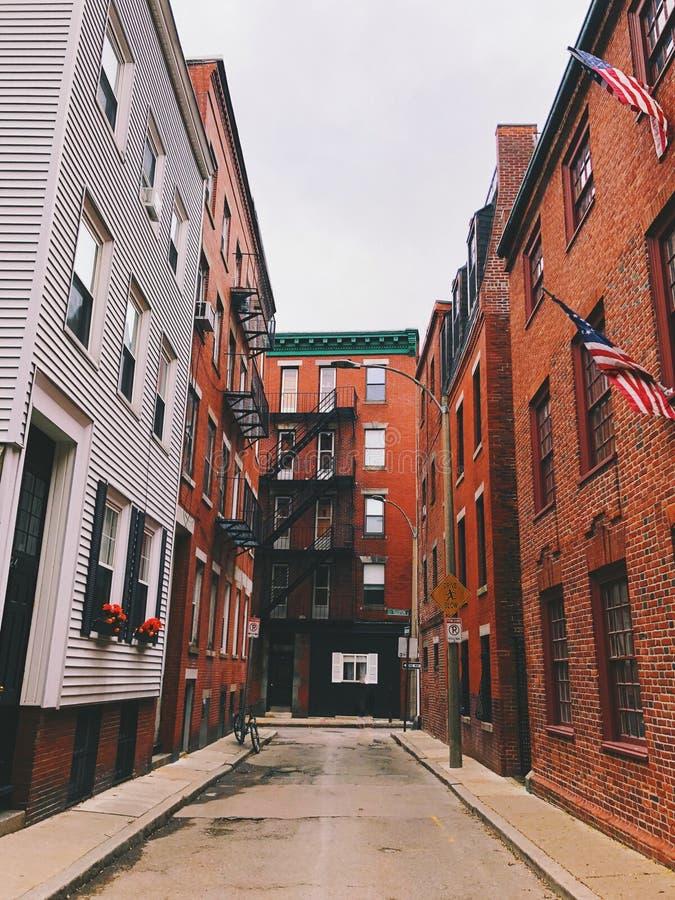 Exterior de las construcciones de viviendas del rojo de ladrillo de Boston fotos de archivo