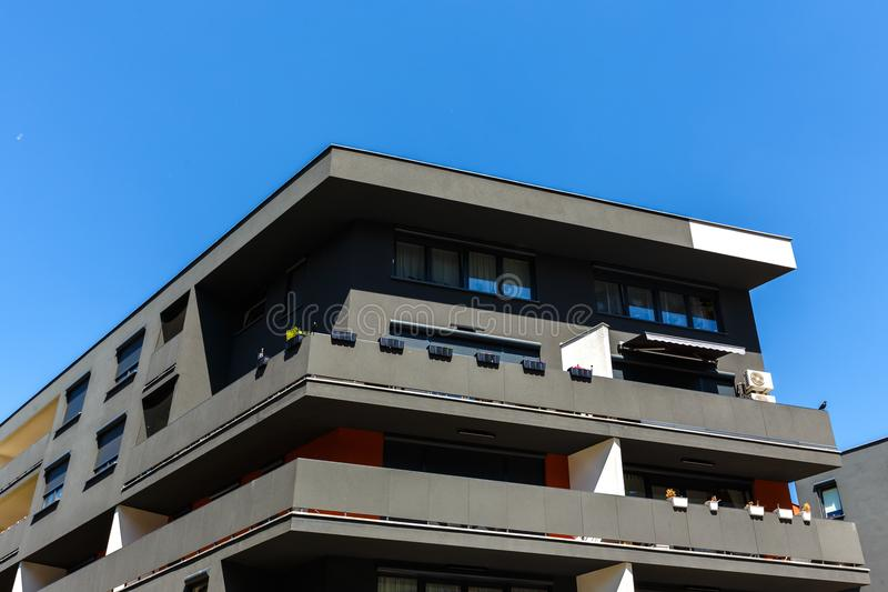 Exterior de las construcciones de viviendas negras modernas en un CCB del cielo azul imagenes de archivo