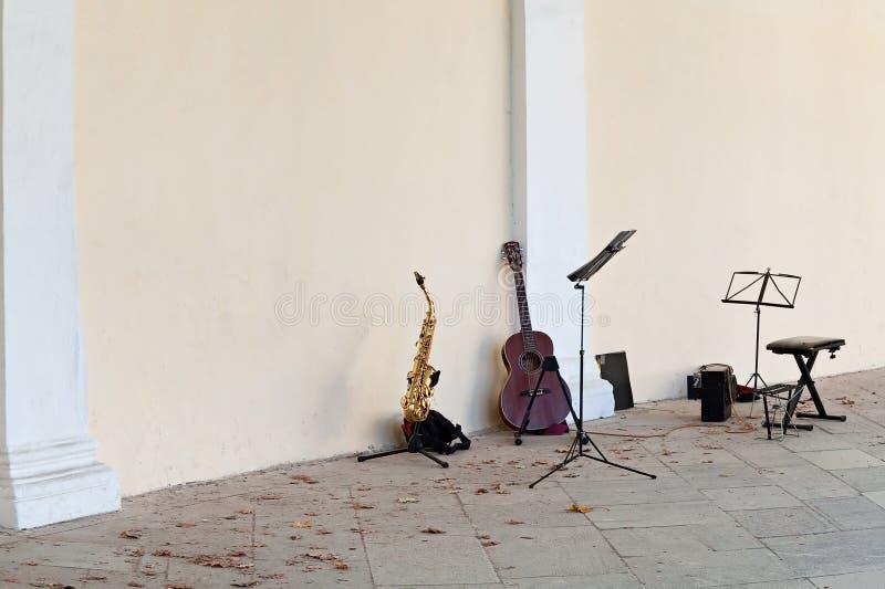 Exterior de los instrumentos musicales en la calle imágenes de archivo libres de regalías