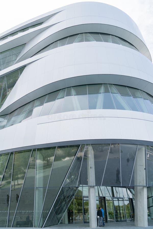 Exterior de Mercedes Museum arquitetonicamente moderna imagens de stock royalty free