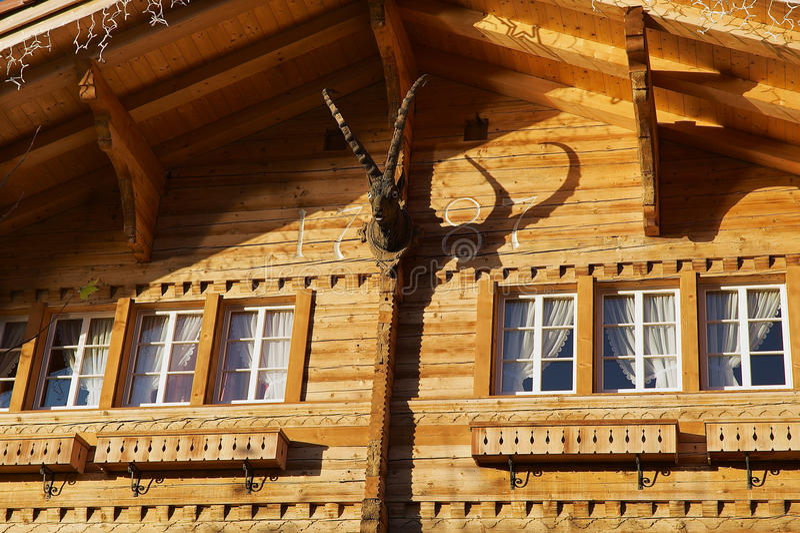 Exterior de um chalé de madeira suíço tradicional em Brienz, Suíça fotografia de stock royalty free