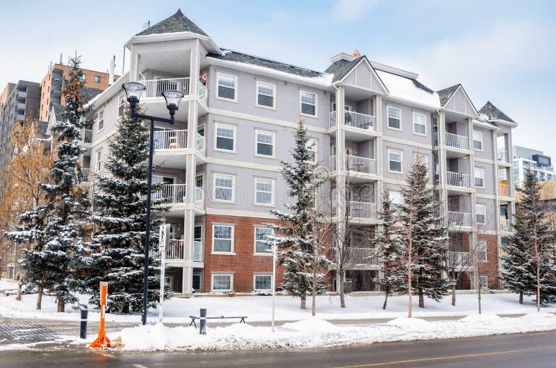 Exterior de um prédio de apartamentos em um dia de inverno fotografia de stock