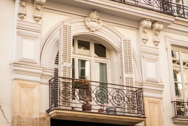 Download Exterior De Una Casa Urbana Histórica En París Foto de archivo - Imagen de arquitectónico, multi: 41911734