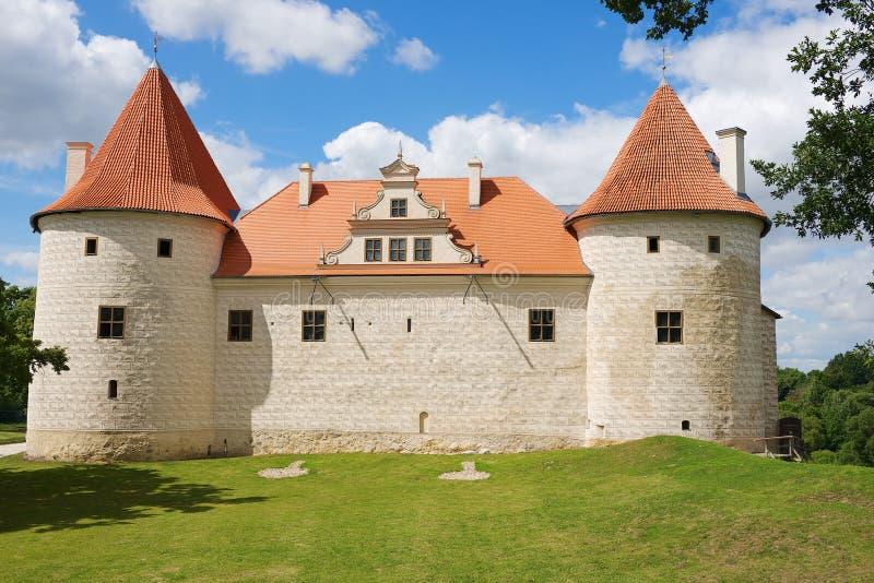 Exterior del castillo de Bauska en Bauska, Letonia fotos de archivo