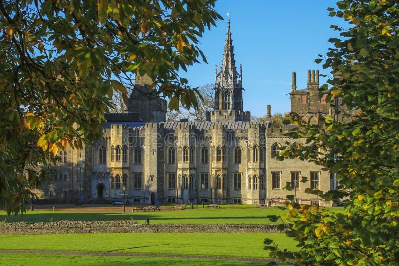 Exterior del castillo de Cardiff en el centro de Cardiff en la sol del otoño imagen de archivo libre de regalías