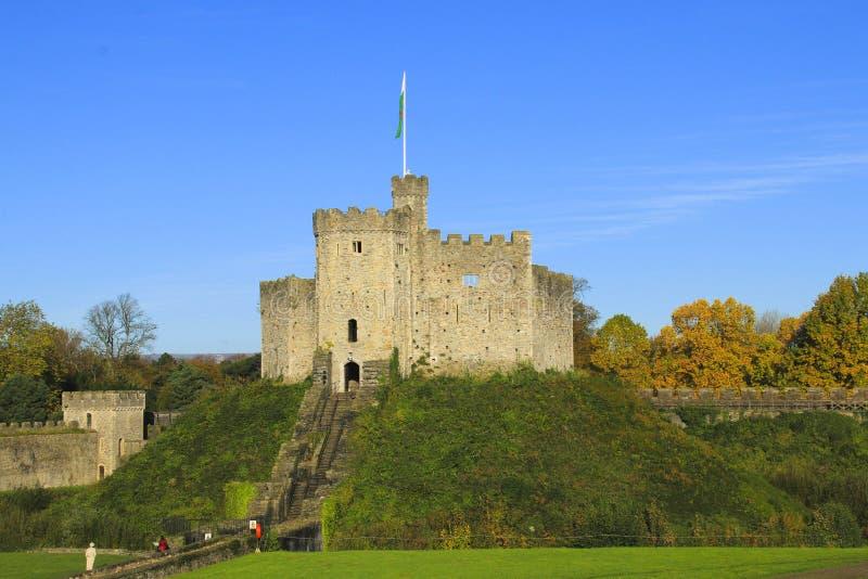 Exterior del castillo de Cardiff en el centro de Cardiff en la sol del otoño imagenes de archivo