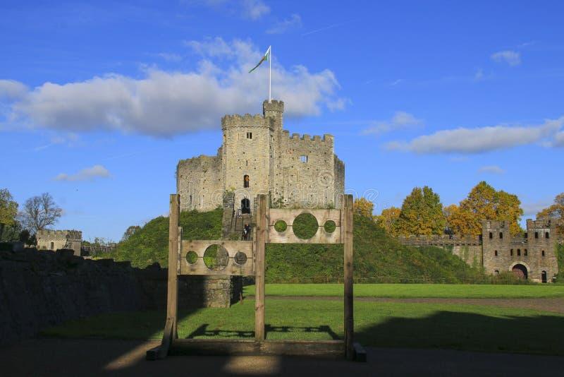 Exterior del castillo de Cardiff en el centro de Cardiff en la sol del otoño fotos de archivo