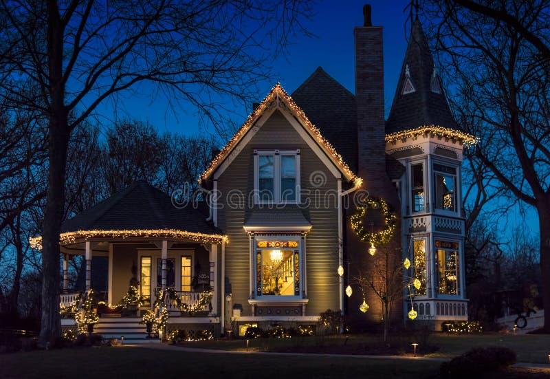 Exterior del hogar del victorian adornado para la Navidad fotos de archivo libres de regalías