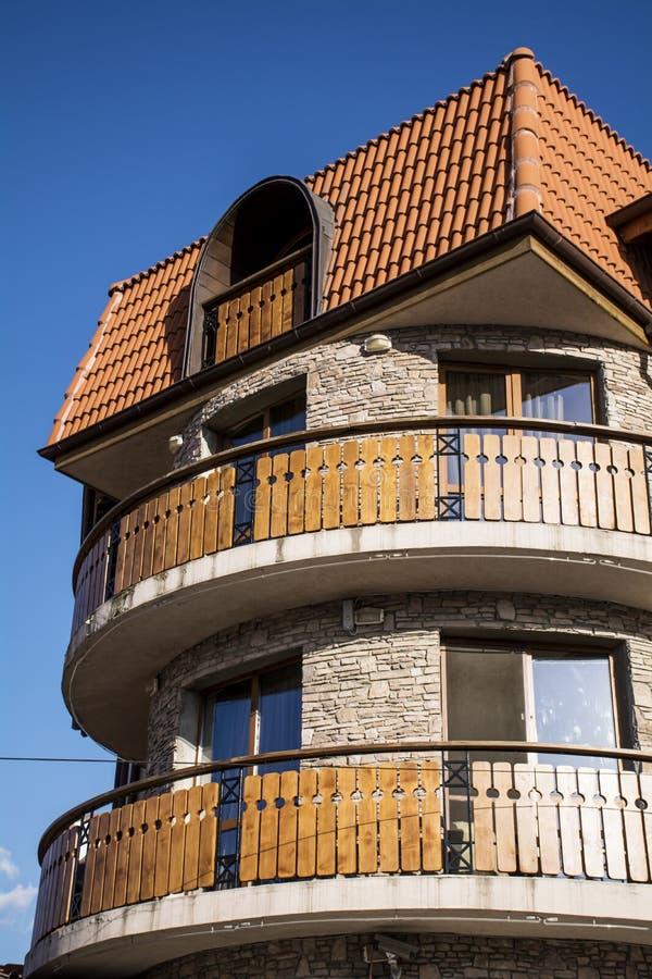 Exterior del hotel hotel de piedra con los balcones de for Balcones madera exterior