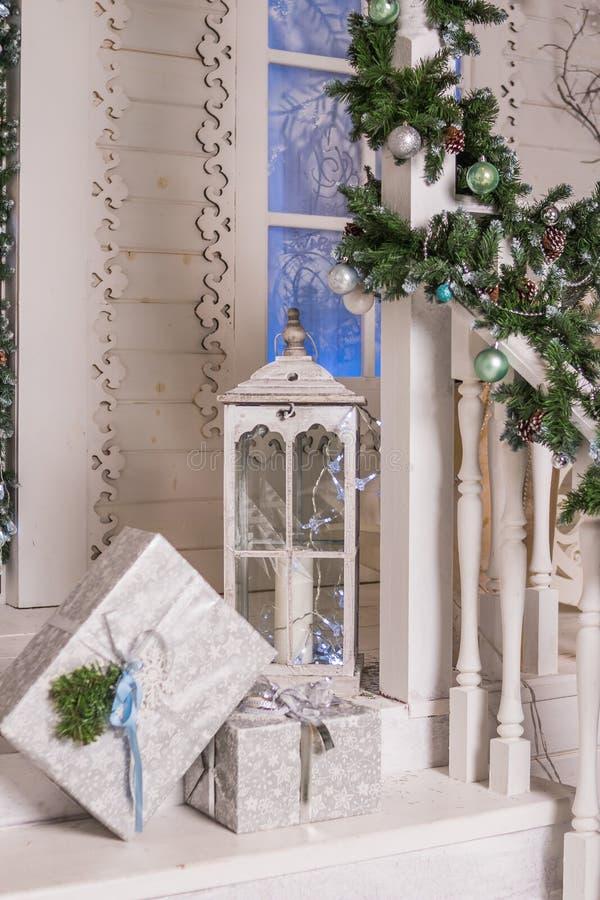 Exterior del invierno de una casa de campo con las decoraciones de la Navidad pórtico de madera del vintage casa adornada y encen imagenes de archivo