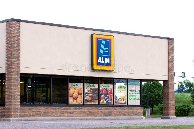 Exterior del supermercado de Aldi fotos de archivo