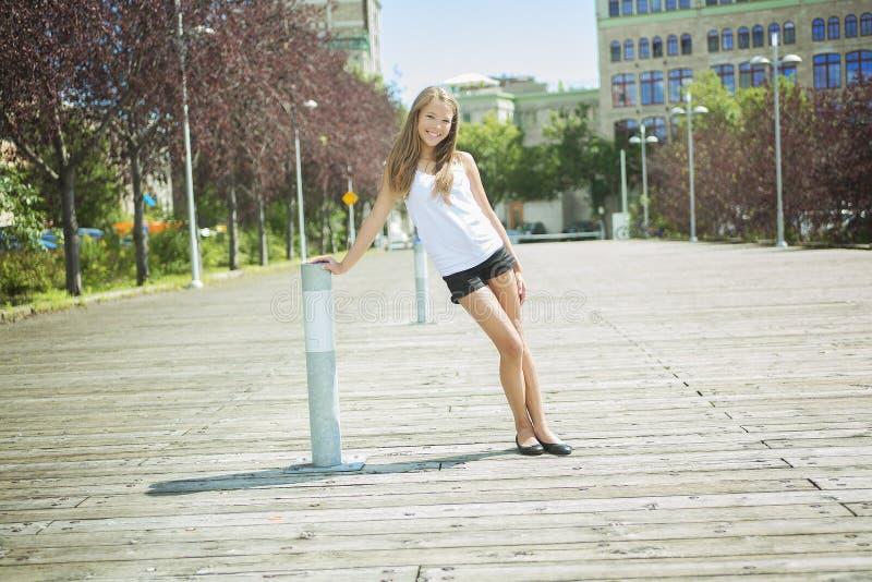 Exterior derecho de la muchacha adolescente de pelo largo joven fotografía de archivo libre de regalías