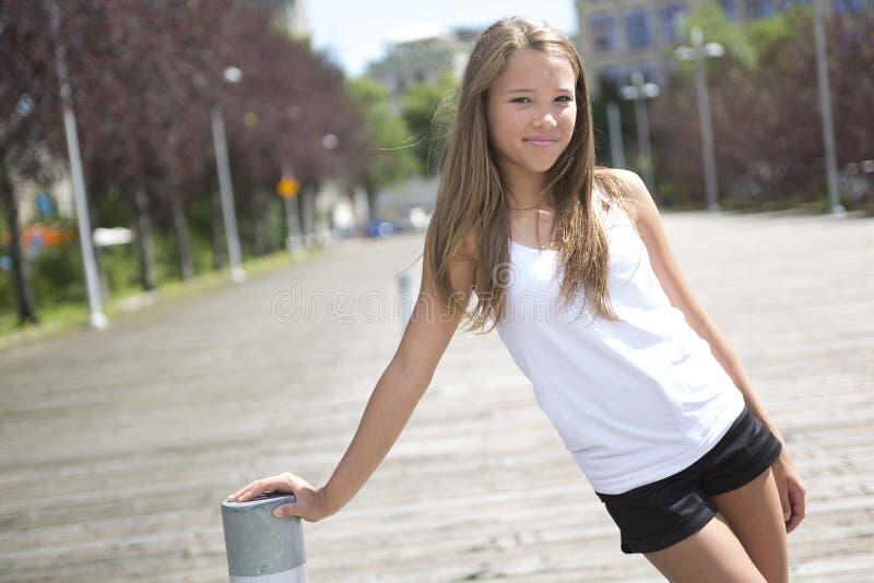 Exterior derecho de la muchacha adolescente de pelo largo joven fotografía de archivo