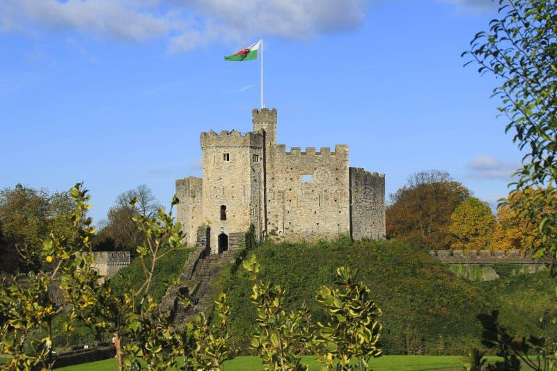 Exterior do castelo de Cardiff no centro de Cardiff na luz do sol do outono fotos de stock royalty free
