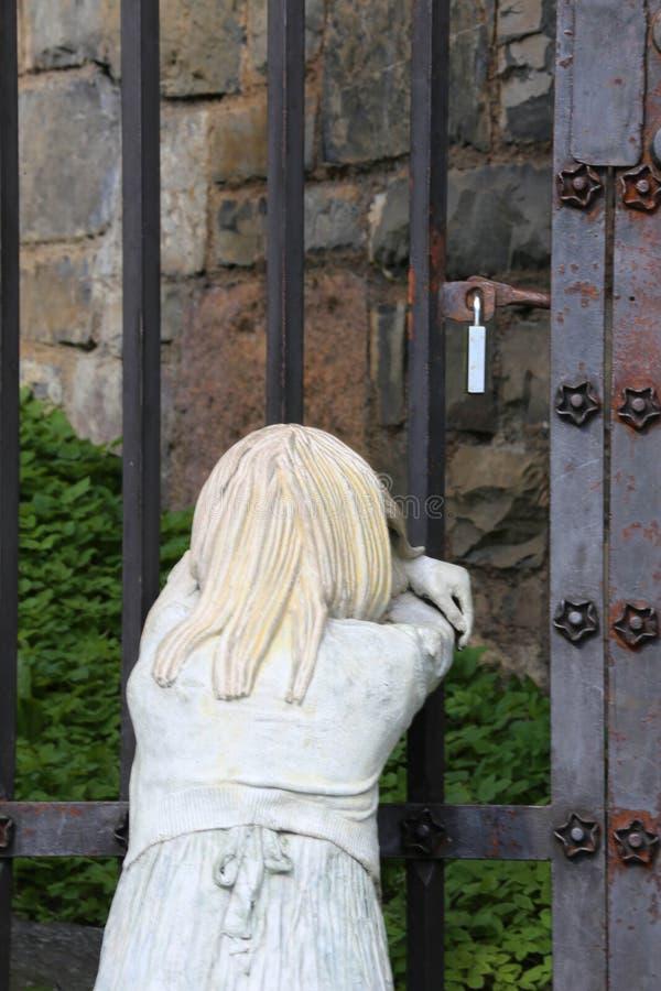 Exterior do estatuto da menina da fortaleza de Akershus em Oslo, Noruega fotografia de stock