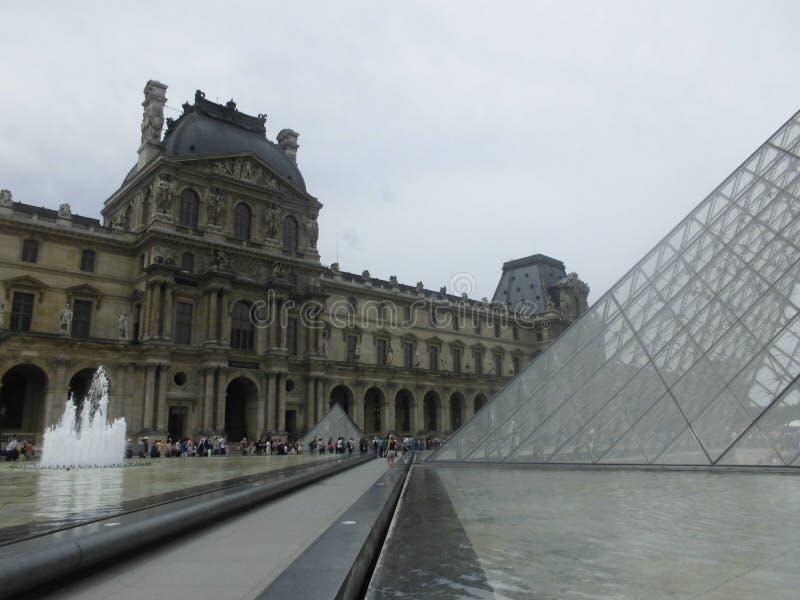Exterior do museu da grelha na capital de france imagem de stock