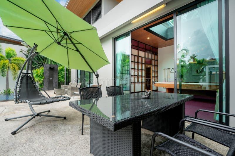 Exterior e design de interiores que mostram a casa de campo tropical da associação foto de stock