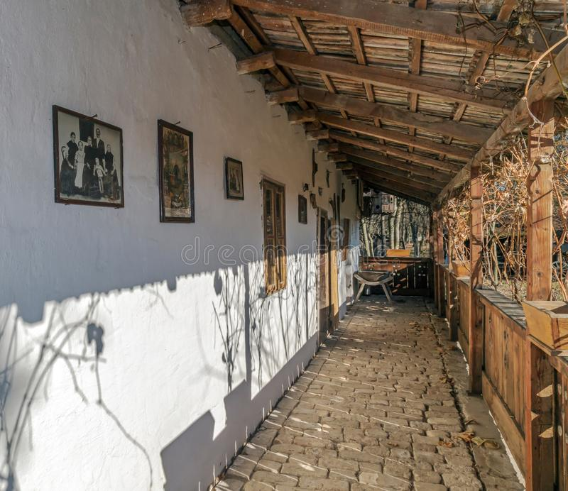 Exterior en un cortijo del ethnics en la región de Banat, ROM del slovak fotos de archivo