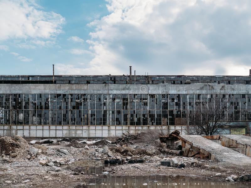 Exterior espeluznante industrial abandonado o fachada, edificio oscuro viejo del almacén de la fábrica del grunge con las ventana imagen de archivo libre de regalías