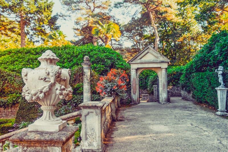 Exterior italiano tradicional do parque do estilo Vista exterior do jardim decorada com estátuas e flores Foco seletivo, espaço d foto de stock royalty free