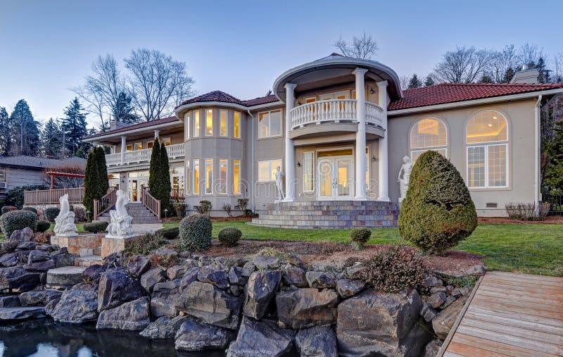 Exterior luxuoso da casa da margem Vista da plataforma fotografia de stock royalty free