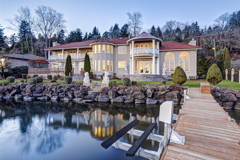 Exterior luxuoso da casa da margem Vista da plataforma foto de stock