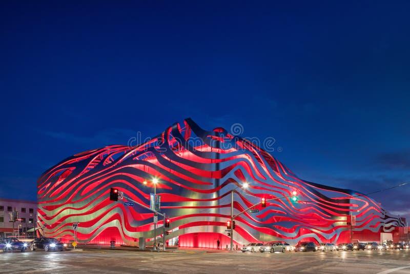 Exterior magnífico do crepúsculo do museu automotivo de Petersen imagem de stock royalty free