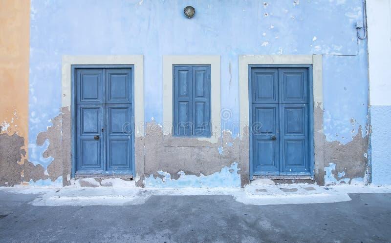 Exterior mediterrâneo do estilo Portas de madeira azuis fotografia de stock