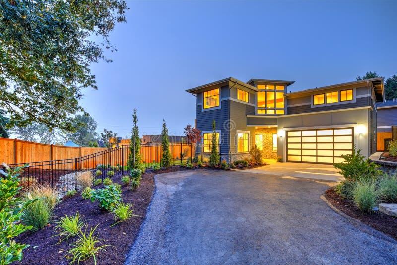 Exterior moderno da casa do estilo do artesão imagem de stock royalty free